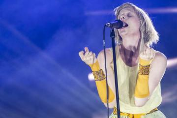 A norvég Aurora Aksnes, az indie-elektropop műfajban alkotó énekes-dalszerző (Mónus Márton fotója)