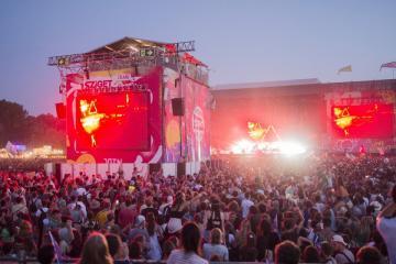 Fesztiválozók a brit Bastille indie pop zenekar koncertjén (Sóki Tamás fotója)