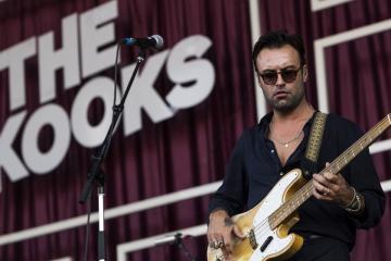 Pete Denton basszusgitáros az angol The Kooks indie rock zenekar koncertjén (Mónus Márton fotója)