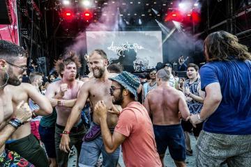 Közönség az Apey & the Pea metal együttes koncertjén (Mohai Balázs fotója)