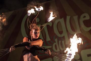 Mihály Cecília a Tűzmadarak zsonglőrcsoport Flying Swords című előadásán (Mónus Márton fotója)