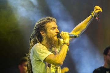 G Ras (Komáromy Gergely) énekel a magyar G Ras & Fyah Rebels együttes koncertjén (Sóki Tamás fotója)