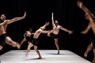 Az izraeli Roy Assaf táncegyüttes Boys című előadása (Mónus Márton fotója)