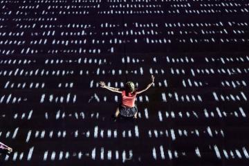 A brit Wired Aerial Theatre As The World Tipped című előadása (Mónus Márton fotója)