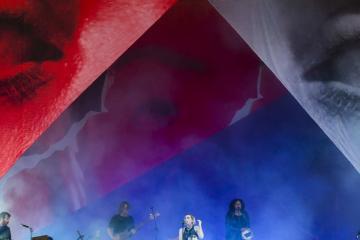 Az elektronikus zene elegyét játszó svéd Lykke Li énekesnő (k) koncertje (Mohai Balázs fotója)