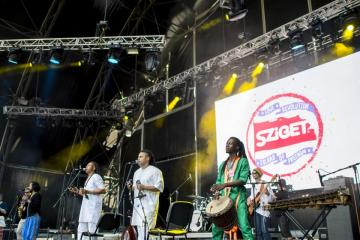 A marokkói zenét játszó, Magyarországon alakult Chalaban együttes koncertje (Sóki Tamás fotója)