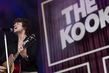 Luke Pritchard énekes-gitáros az angol The Kooks indie rock zenekar koncertjén (Mónus Márton fotója)