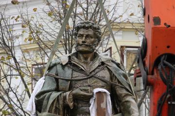 Kisfaludy-szobor 06