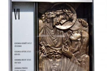 Lebó Ferenc: Veronika kendőt nyújt Jézusnak (kisplasztika)