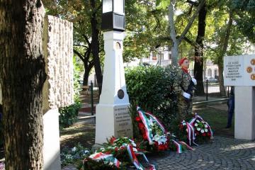 Koszorúzás Győr, Batthyány tér 15